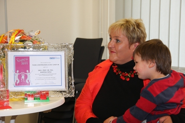 "Award winner ""FAMOS für FAmilie"" Prof. Dr. Martina Ziefle with a child"